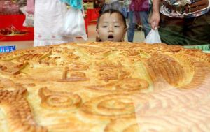 Huge mooncake appears in central China