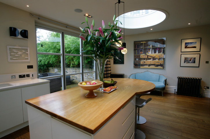 Wide plank oak island worktop with curved breakfast bar Home - k che mit bartheke
