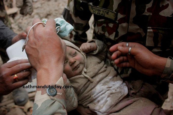 bebe-4-meses-rescatado-terremoto-nepal (4)