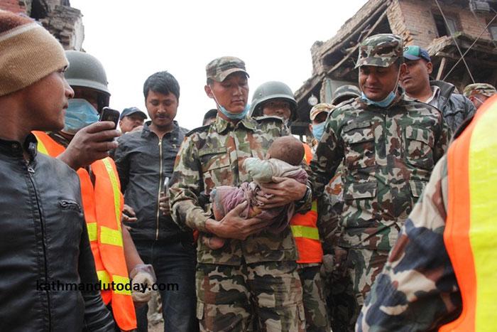 bebe-4-meses-rescatado-terremoto-nepal (8)