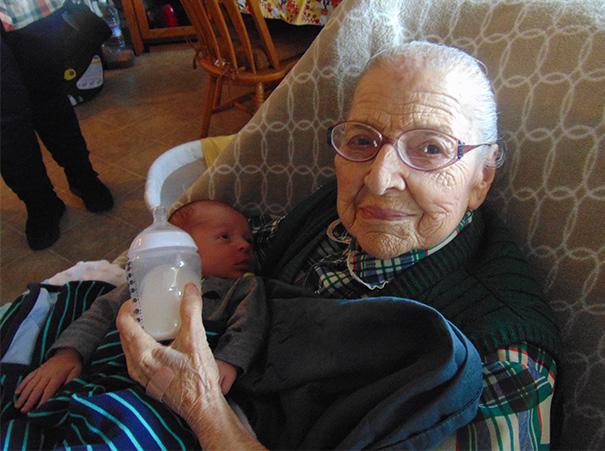 recien-nacida-nina-conoce-su-bisabuela-de-101-anos-rosa-camfield (4)