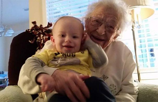 recien-nacida-nina-conoce-su-bisabuela-de-101-anos-rosa-camfield (8)