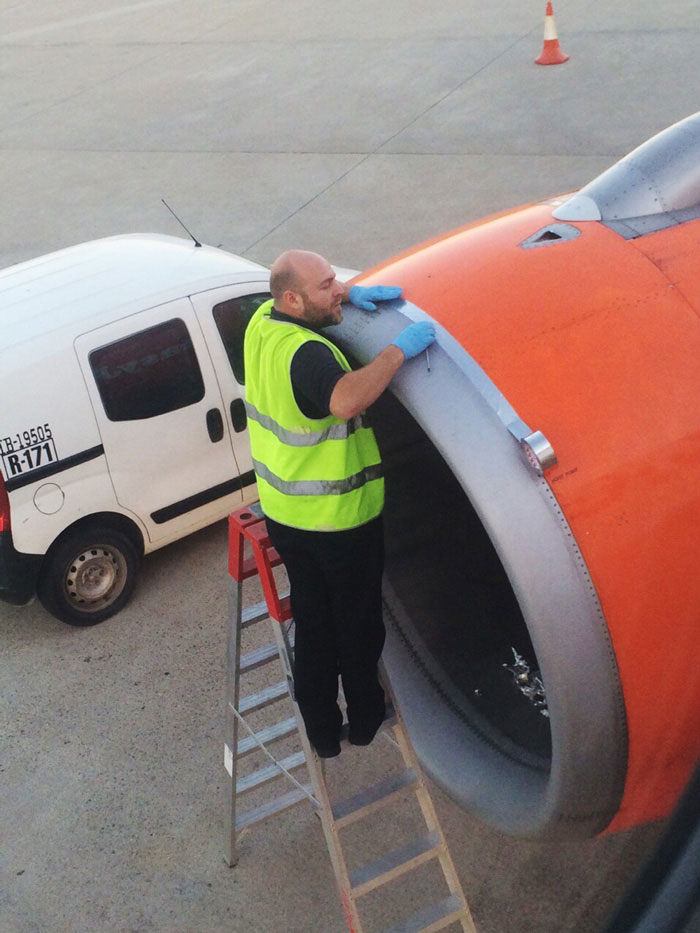 avion-easyjet-reparacion-cinta-alta-velocidad-adam-wood (1)