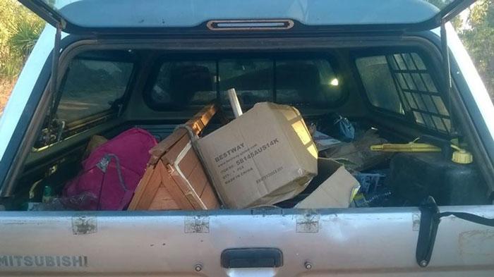 basura-ilegal-devuelta-casa-frederick-tomlinson-australia (5)