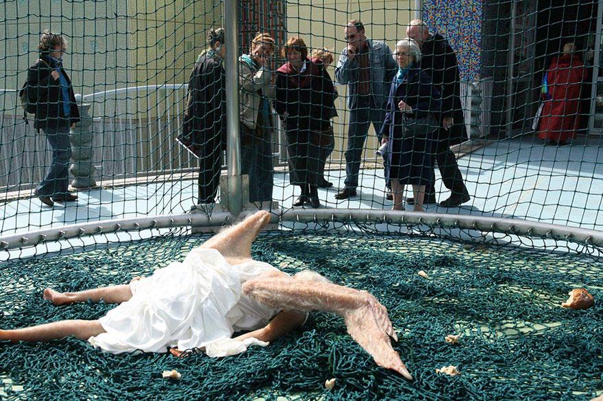 escultura-hiperrealista-angel-caido (3)