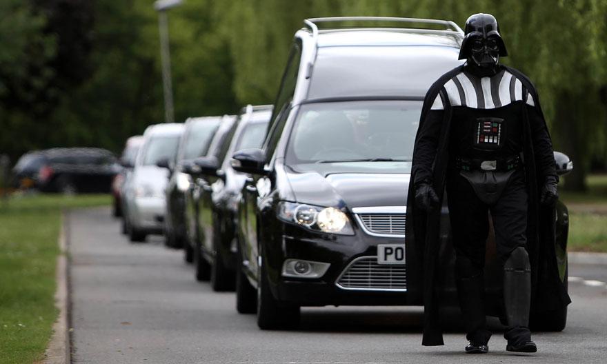 funeral-lorna-johnson-dirigido-darth-vader-luton (1)
