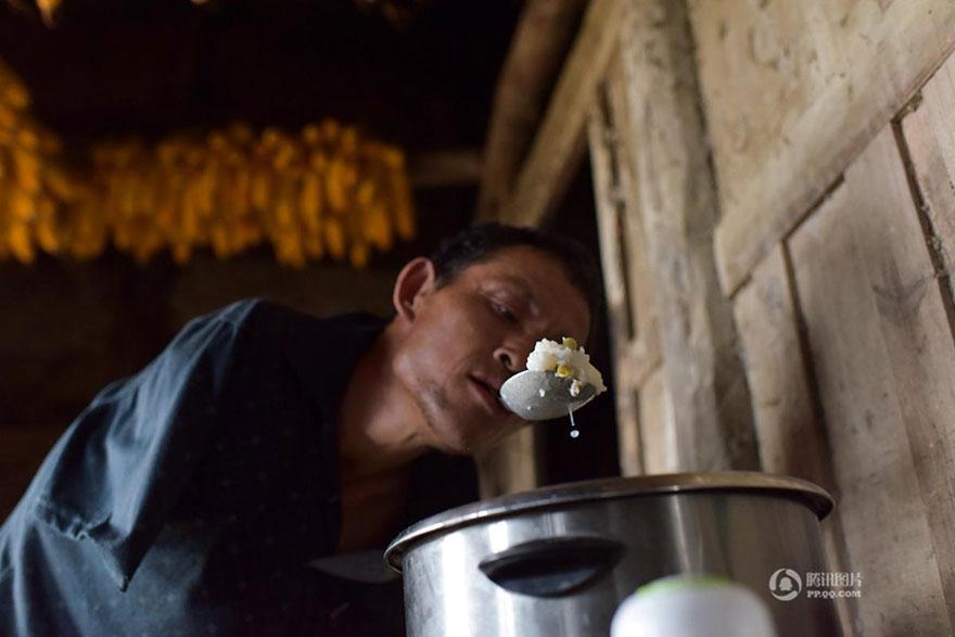 chen-xinyin-sin-brazos-madre-enferma-granja-china (3)