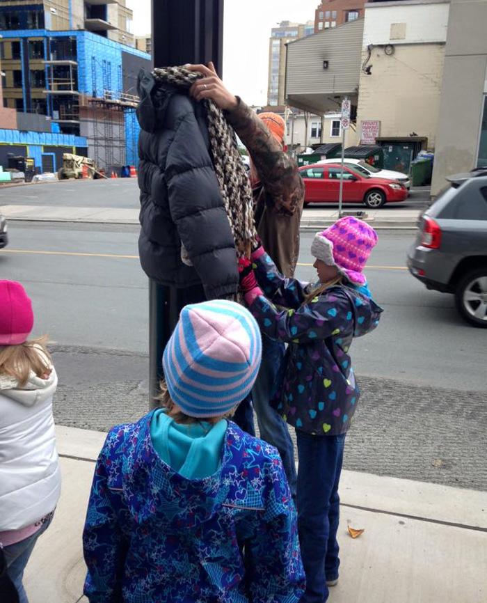 abrigos-atados-postes-indigentes-invierno-canada-tara-smith-atkins (4)