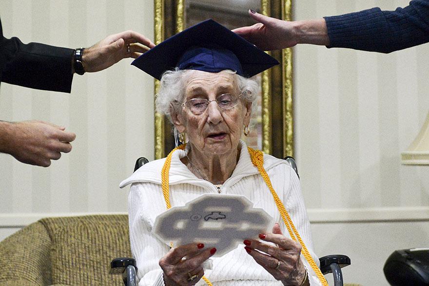 anciana-diploma-honorario-instituto-margaret-bekema (4)