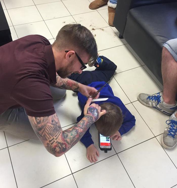 peluquero-corte-pelo-nino-autista-mason-james-williams (3)