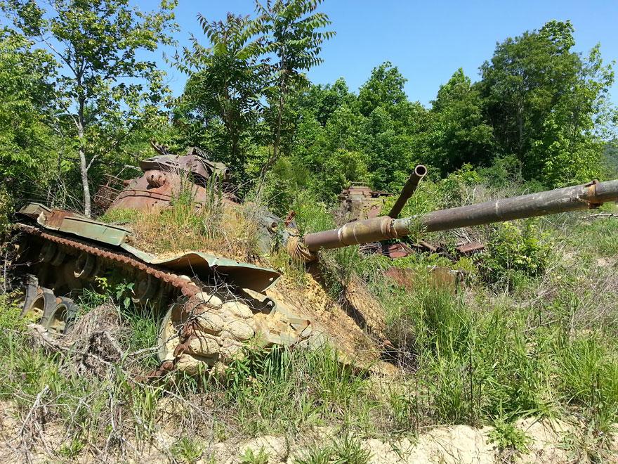 tanques-devorados-naturaleza (8)