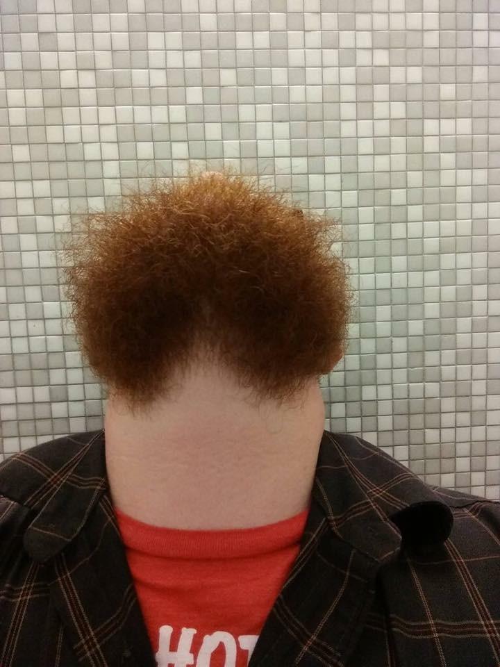 reto-hombre-barbudo-mirando-arriba