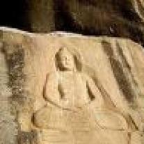 bouddha gravé dans la montagne