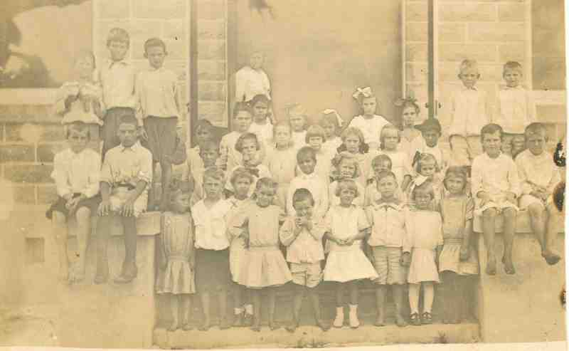 Miss Annie Streater (Shepard) with her 1st to 4th grade pupils, ca. 1913