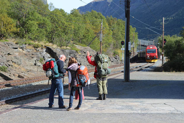 Nach einer anstrengenden Wanderung erreichten wir den Bahnhof.
