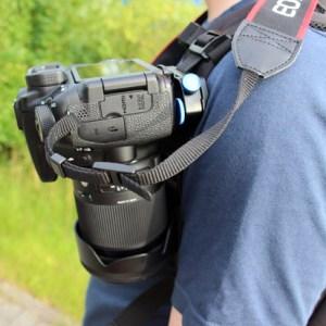 Mit dem Befestigungsclip hält die Kamera bombenfest am Rucksack