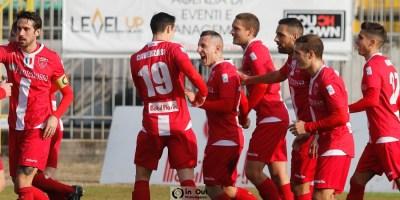 D'Errico e i ragazzi biancorossi esultano dopo il gol
