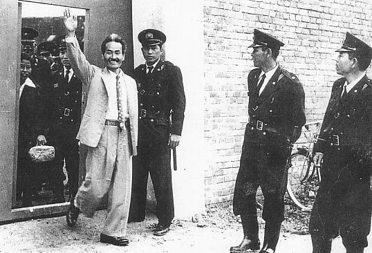 Kamejiro Senaga saindo da prisão.