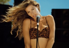 Gisele-Bundchen-heart-of-glass-video