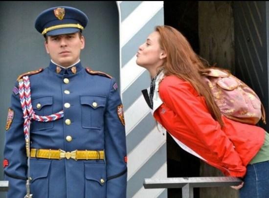 girl-cop-military-photobomb-kisses