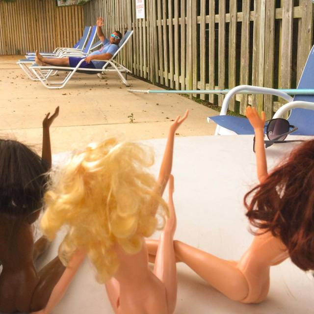barbi-dolls-at-pool