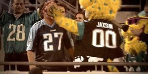 Jaxson De Ville Pied A Tennessee Titans Fan In The Face