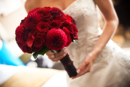 mørkerød brudebukett
