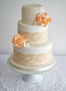 vintage-bryllupskake-hvit-brodert-ekte-blomster-great-gatsby-kake