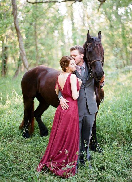 plomme-oliven-gull-fersken-bryllupsfarger-brudekjole-rød