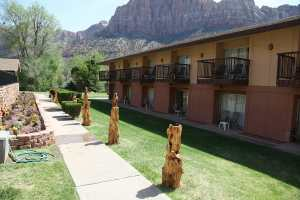 zion-park-hotel-grounds