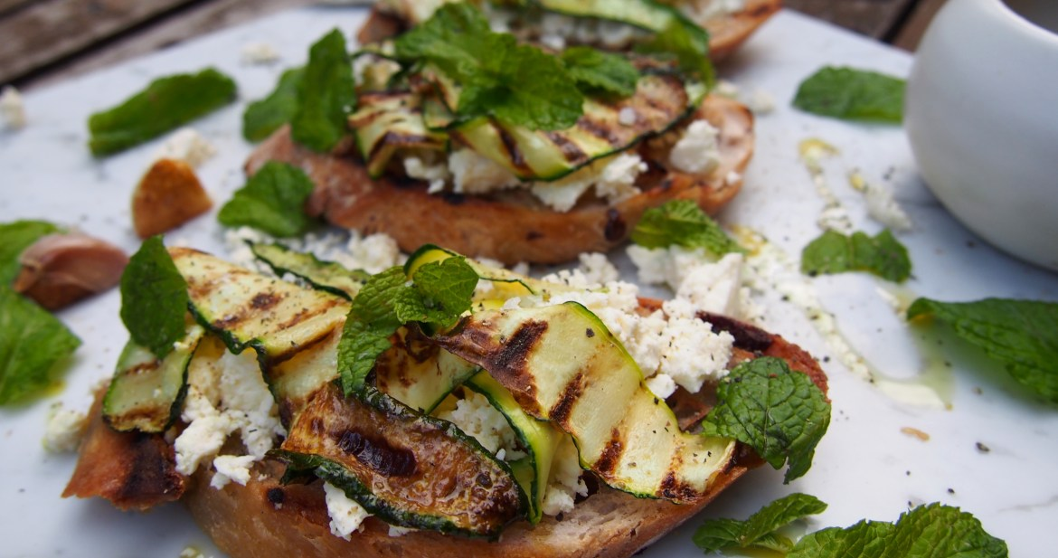 Buschetta with Zucchini, feta and mint, the perfect lunchtime snack or canape idea. Recipe over on www.therosedogblog.me