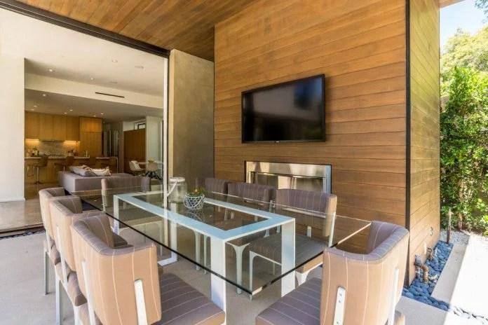 Luxurious shelter in an open-air resort on an idyllic Brentwood cul - sac shelter