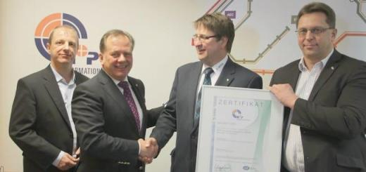 Übergabe: Prüfer der DEKRA übergeben das ISO 9001-Zertifikat an die Geschäftsführer von N+P in Meerane