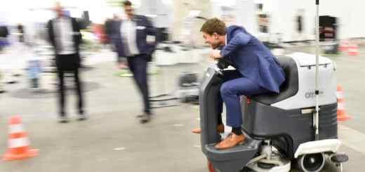Putzig: Dass die Messe, die vom Hausmeister-Image weg will, einen Challenge mit Putzfahrzeugen startet, entbehrt nicht einer gewissen Ironie