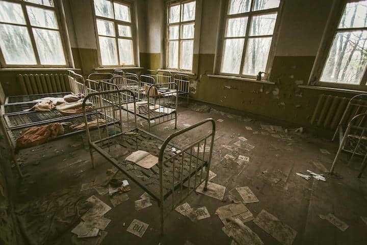 Kann auch schon bei Renovierungen helfen: BIM im Klinikum – Foto: Hoshido Ai - abandoned bed, windows, messy and old HD photo by Hoshido Ai auf Unsplash
