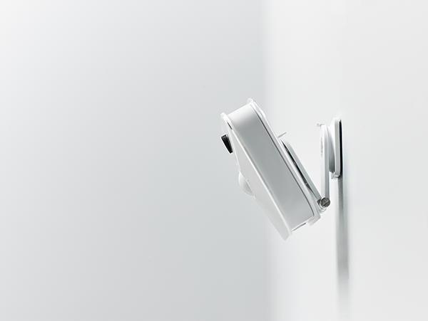 Wandmontage: Mit dem mitgelieferten Halter lässt sich die Blink Kamera leicht befestigen – neben Wänden auch an Decken, Holzelementen und allerhand mehr