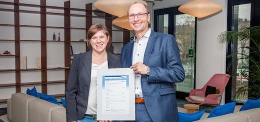 Mit Zertifikat: Alina Schubert-Jost von Audicon und Holger Leibling von CREM Solutions