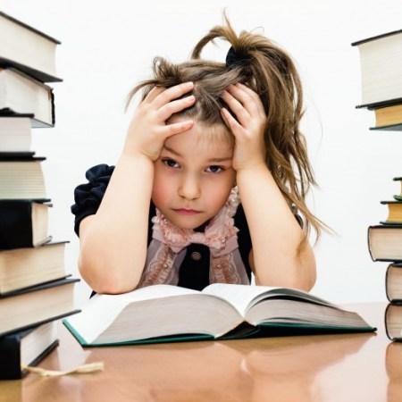 Маленькая усталая девочка среди книг