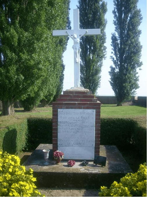 """Sur le calvaire du cimetière - """"Aux enfants du Quesnoy morts pour la France. 1914-1918"""" Cette photographie est sous licence d'usage CC BY-NC-SA 2.0"""