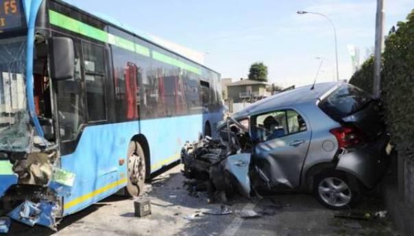 Ischia, incidente fra auto e bus: sei feriti