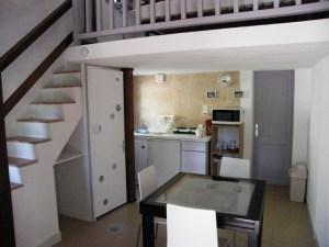 Séjour- pièce de vie avec cuisine équipée frigo, micro-onde, plaque 2 feux électrique, cafetière et vaisselle.