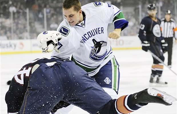 Rick Rypien beats up an Edmonton Oilers