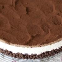 Torta fredda con base croccante, crema al formaggio e ganache al cioccolato