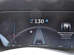 Tesla aktiver Autopilot