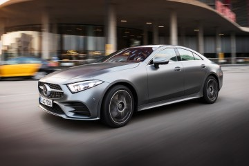 Mercedes-Benz CLS 400 d 4MATIC, designo selenitgrau magno; Leder Nappa bengalrot/schwarz; Kraftstoffverbrauch kombiniert: 5,6 l/100 km; CO2-Emissionen kombiniert: 148 g/km  // Mercedes-Benz CLS 400 d 4MATIC, designo selenite grey magno; Nappa leather two-tone bengal red/black; Fuel consumption combined: 5,6 l/100 km; CO2 emissions combined: 148 g/km