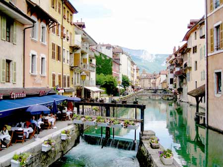 Annecy cafe next canal, sluicieas control the water levels