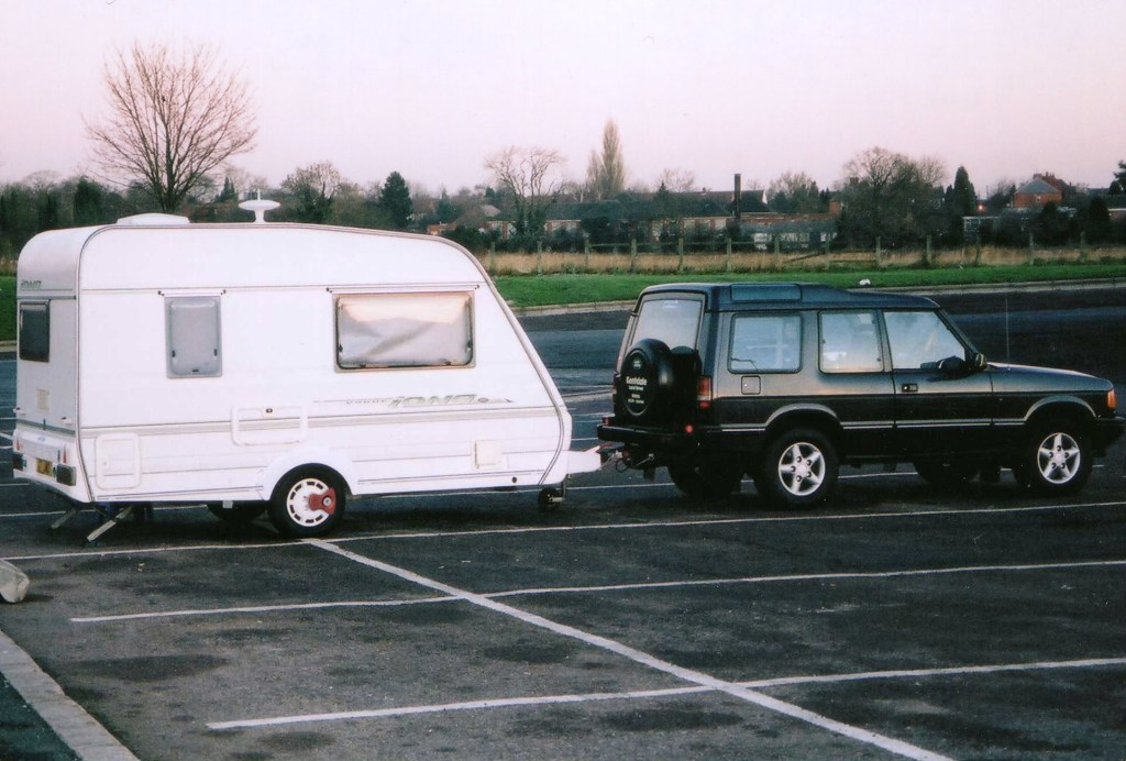 Caravan with axle wheel lock in service station