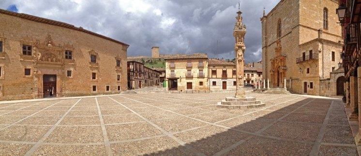 Plaza Mayor: Rollo, Palacio, Colegiata y Castillo