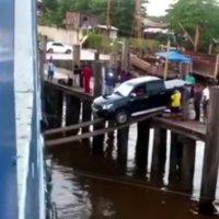 Auto auf Fähre verladen mit losen Planken