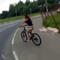 Fahrradfahrerin verliert Klamotten